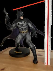 Batman ist in dieser Form knapp 28cm groß.